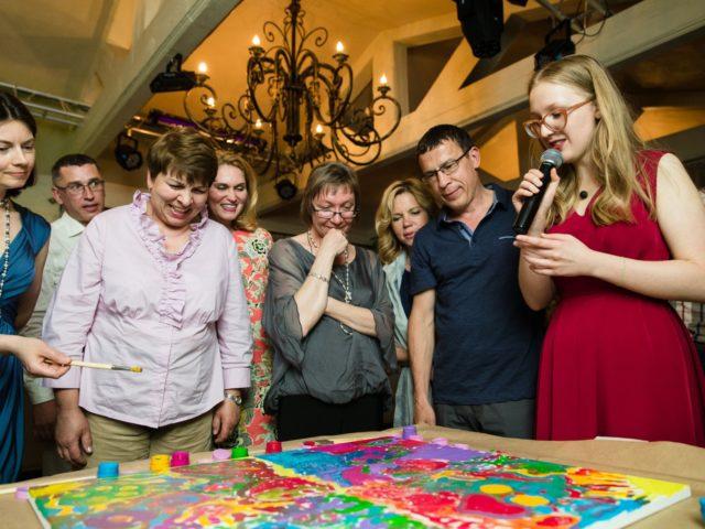 Картина силами гостей хороший подарок на маленький юбилей