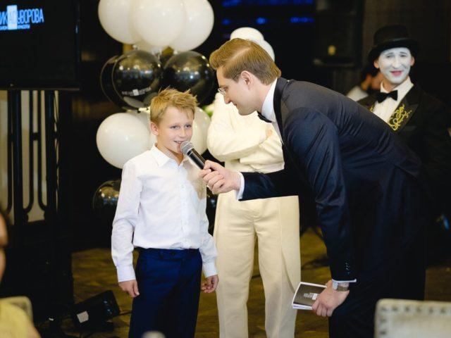 Ведущий Роман Акимов проводит короткий блиц с юным гостем