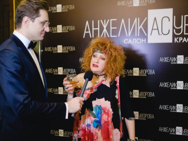 Ведущий Юбилея салона красоты берёт интервью у экстравагантной гостьи