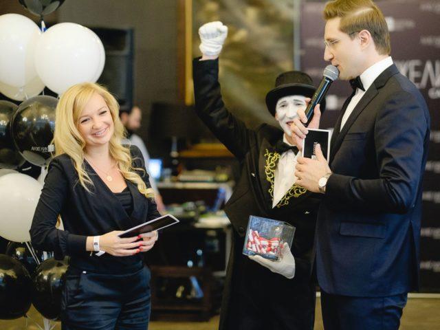 Вручаем призы победителям праздничной лотереи