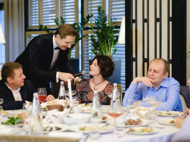 Ведущий мероприятия принимает ответы гостей в викторине на тему красоты