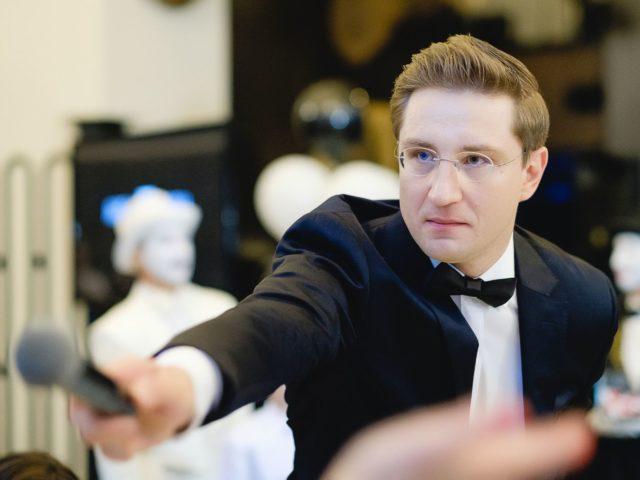 Ведущий юбилея компании Роман Акимов в работе