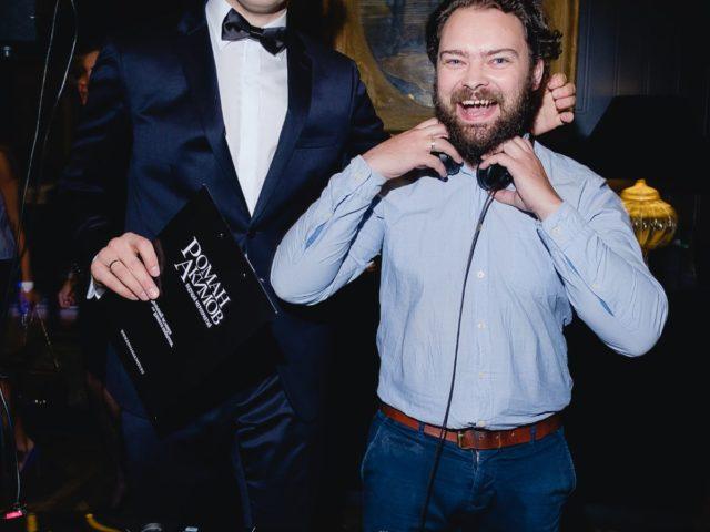 Ведущий праздника Роман Акимов и диджей Максим Петунин на виниле