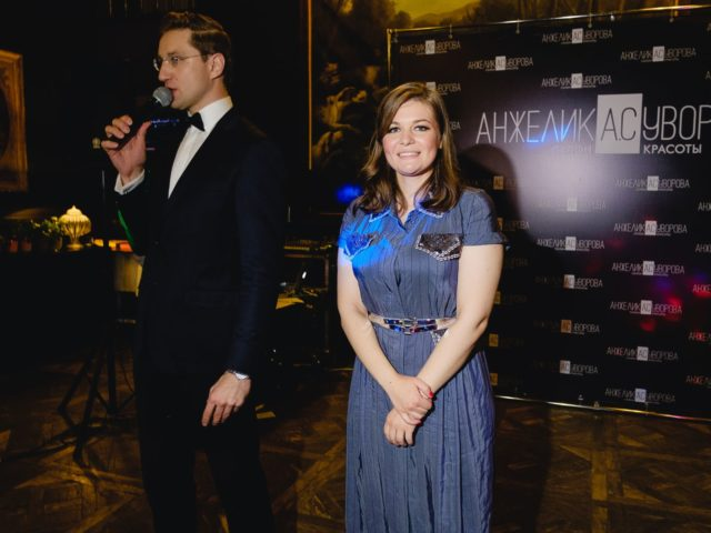 Ведущий Юбилея салона красоты Роман Акимов объявляет вынос торта