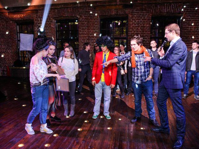 Ведущий Роман Акимов проводит интерактив на корпоративе в стиле диско