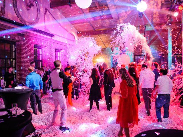 Бумажное шоу на вечеринке в стиле Диско 80