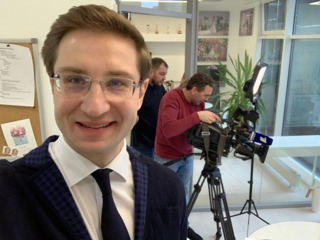 Роман Акимов на съёмках Первого Канала в своём офисе