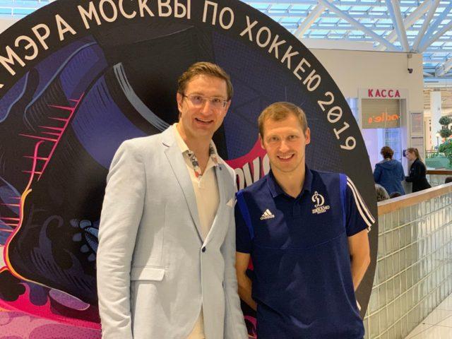 Ведущий спортивного мероприятия Роман Акимов и голкипер Александр Ерёменко