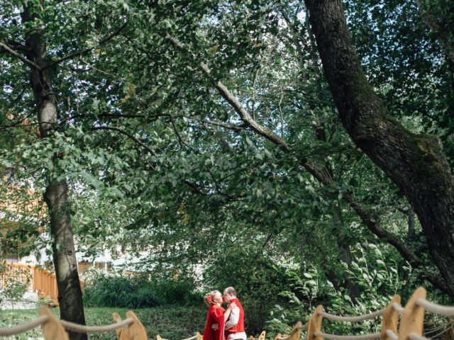 Жених и невеста на тематической свадьбе