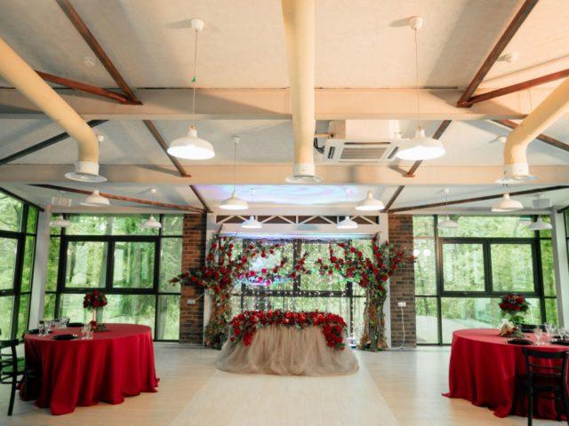 Зал для свадьбы в стиле шале