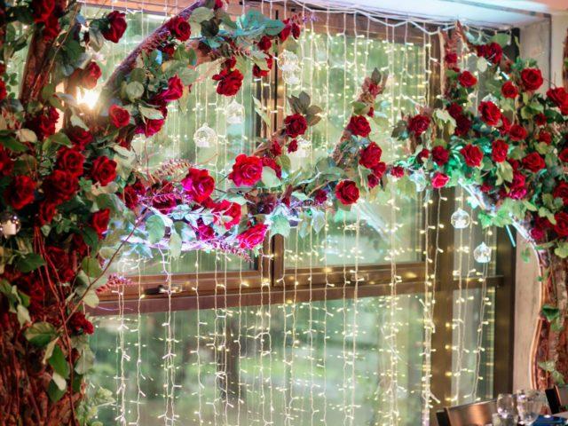 Красные розы в свадебном декоре