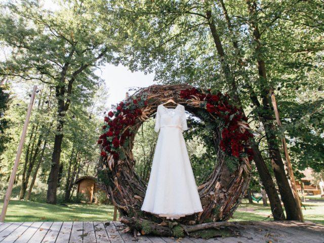 Платье невесты на природе