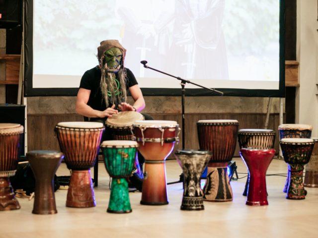 Брутальный шаман барабанщик на свадьбе