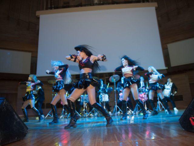 Выступление танцевального шоу во время перфоманса барабанщиков