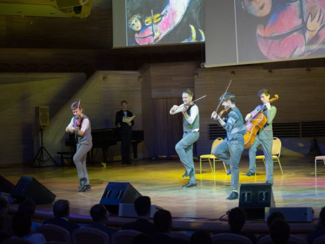Выступление харизматичного шоу Moscow Boys
