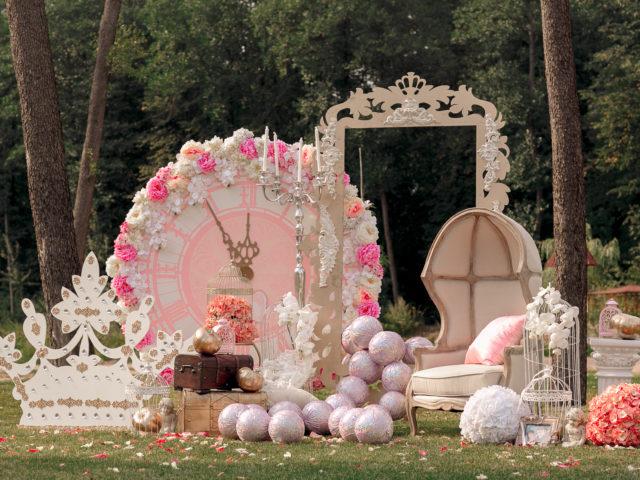 Одна из фотозон свадьбы в стиле Золушка